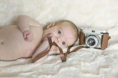 醒一个逗人喜爱的女婴的画象,看照相机 她 库存照片