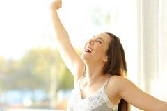 醒在一个晴天的激动的女孩 免版税图库摄影