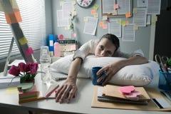醒在办公室的疲乏的女实业家 库存照片
