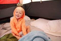 醒在帐篷的幼儿在野营以后 免版税图库摄影