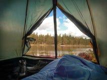 醒在帐篷 库存图片