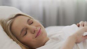 醒在床、健康和幸福,激素平衡上的困美丽的女孩 影视素材