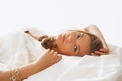 醒在的早晨的年轻beautifulwoman画象 免版税库存照片