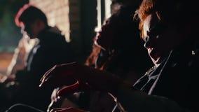 醒在黑暗的下潜的吸毒者,遭受撤退,需要药量 股票视频