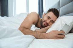醒学士人每日定期唯一生活方式早晨的概念检查社会媒介 免版税库存照片