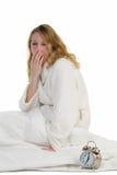 醒早晨的白肤金发的妇女 免版税库存图片