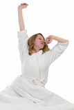 醒早晨的白肤金发的妇女 免版税图库摄影