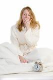 醒早晨的白肤金发的妇女 免版税库存照片