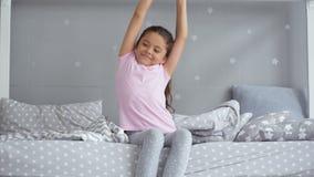 醒早晨的逗人喜爱的小女孩 影视素材