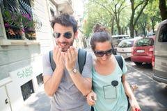 醒来在街道的夫妇 免版税库存照片