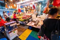 醒来在Bowrington路市场上的人们 免版税库存照片