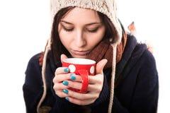 醒的冬天女孩饮用的茶或咖啡 生活方式演播室照片隔绝了一名妇女的画象白色背景的 图库摄影