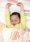 醒的孩子睡觉或 免版税库存照片