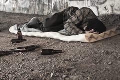 醺酒的无家可归的人 免版税库存照片