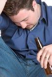 醺酒的沮丧的人 免版税库存照片