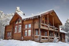 采伐与大窗口、阳台和门廊,白天的家庭冬天 图库摄影