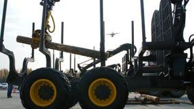 采伐装载的装载者或林业机器移动新伐日志 图库摄影