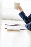 采取一个完全应当的咖啡休息的女实业家 免版税库存照片