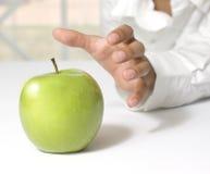 采取一个新鲜的绿色苹果 免版税图库摄影