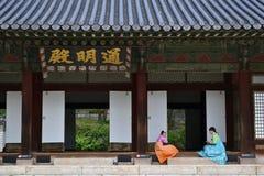 采取一些休息的传统衣裳的女孩在汉城Easte附近 免版税图库摄影