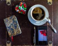 采取一杯咖啡在一点断裂期间 库存照片