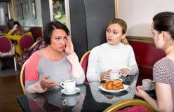 采取一次复杂的交谈的小组妇女 免版税库存照片