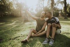 采取一selfie的快乐夫妇在夏天 免版税库存图片