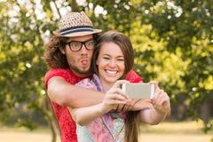 采取一selfie的朋友在公园 免版税图库摄影