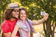 采取一selfie的朋友在公园 免版税库存图片
