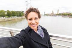 采取一selfie的美丽的混合的族种妇女在伦敦 免版税库存照片