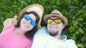 采取一selfie的年轻夫妇在一个晴天 股票录像