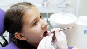 采取不育的仪器和检查女孩的牙医特写镜头4k英尺长度牙 影视素材