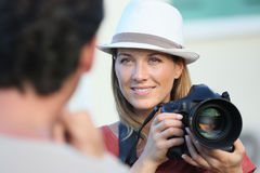 采取与一台反光照相机的妇女摄影师画象 库存图片