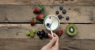 采取与匙子的手酸奶在玻璃 影视素材
