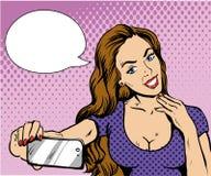 采取与她的智能手机的美丽的妇女selfie 导航在减速火箭的可笑的流行艺术样式的例证 免版税库存照片