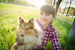 采取与她的狗的少妇selfie 免版税库存图片
