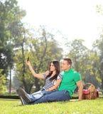 采取与她的男朋友的女孩一selfie在公园 库存图片
