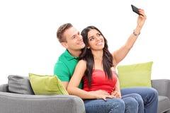 采取与她的男朋友的妇女一selfie 免版税图库摄影