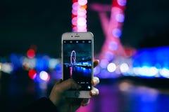 采取与巧妙的电话的照片 免版税库存照片