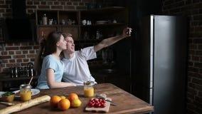 采取与手机的嬉戏的夫妇selfie 股票录像