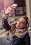 采取与手机的微笑的妇女一selfie 图库摄影