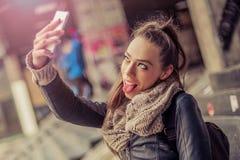 采取与手机的微笑的妇女一selfie 免版税库存图片