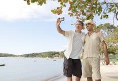 采取与手机的快乐夫妇一selfie 免版税库存图片