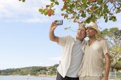 采取与手机的快乐夫妇一selfie 库存照片
