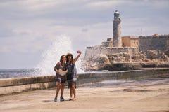 采取与手机的旅游女孩Selfie在哈瓦那古巴 免版税库存图片