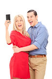 采取与手机的激动的夫妇一selfie 免版税库存图片