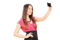 采取与手机的美丽的妇女一selfie 免版税库存图片