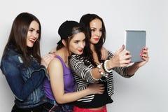 采取与数字式片剂的女朋友selfie 免版税库存图片