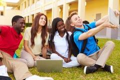 采取与数字式片剂的高中学生Selfie 免版税库存图片