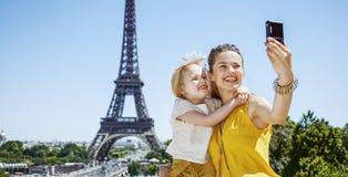 采取与数字照相机的母亲和女儿selfie在巴黎 免版税库存图片